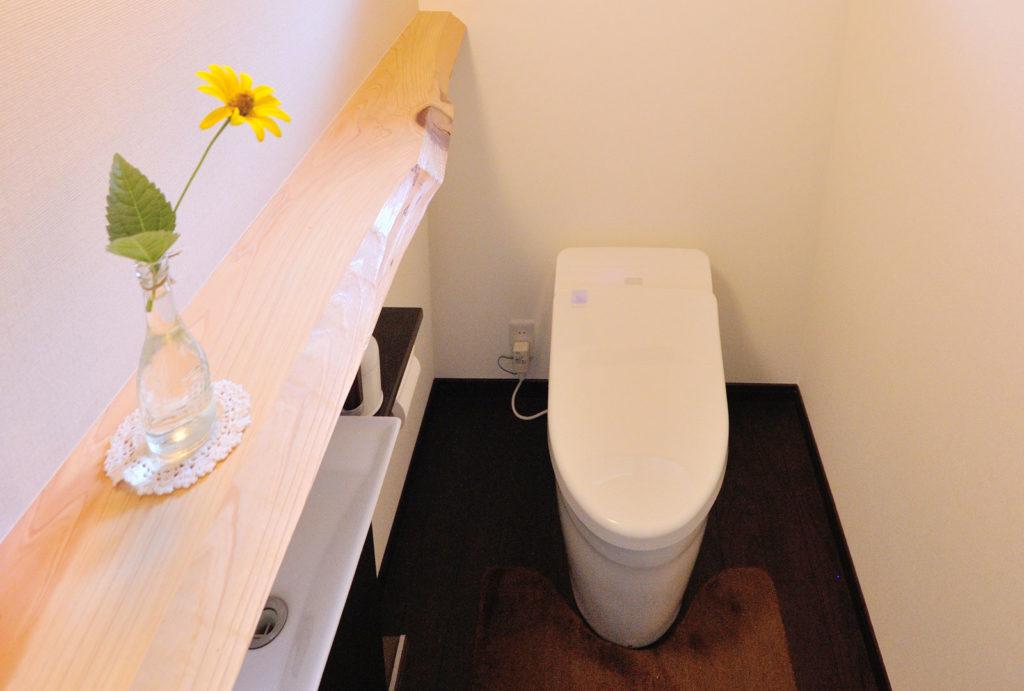 屋根裏の梁を使いトイレを演出
